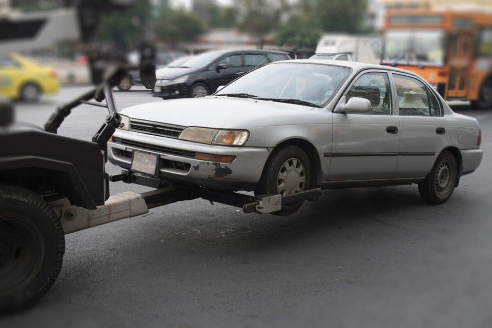 レッカーに牽引される車