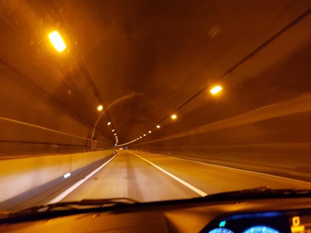 夜間のトンネル