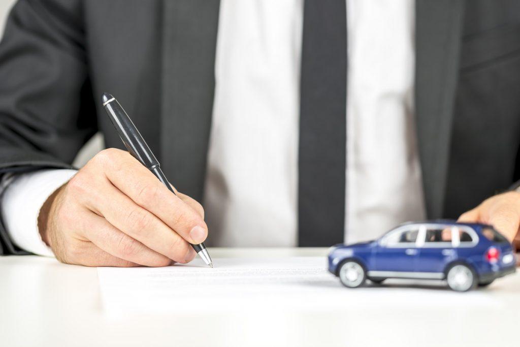 車と男性と書類
