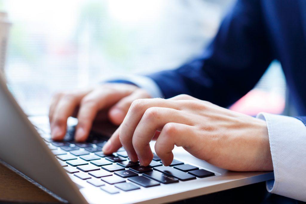 パソコンを触る男性