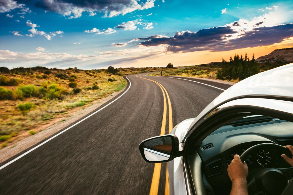 道路を走る車
