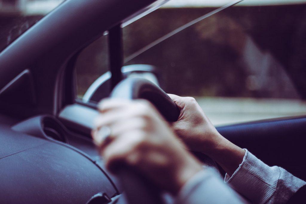 運転する男性の手