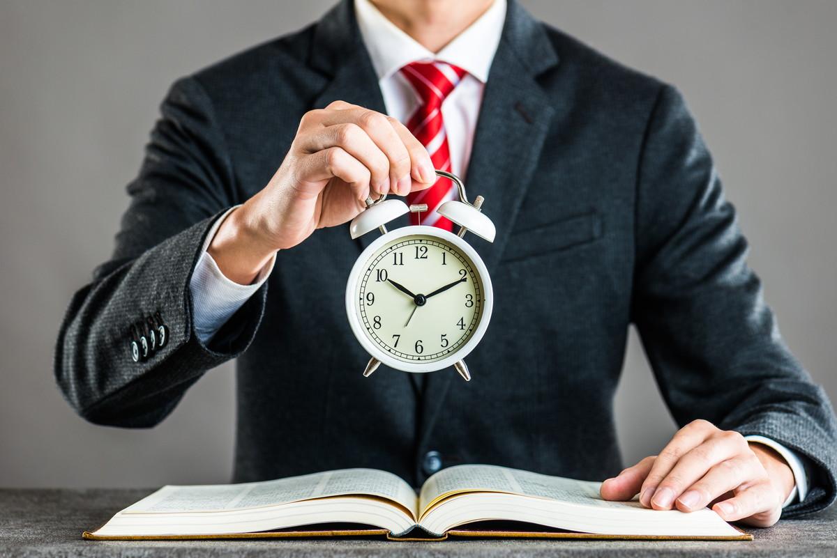 時計を持つ男性
